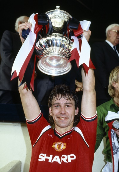 Sport, Football, pic: 18th May 1985, FA Cup Final at Wembley, Everton 0 v Manchester United 1 a,e,t, Manchester United captain Bryan Robson holds aloft the FA Cup  (Photo by Bob Thomas/Getty Images)
